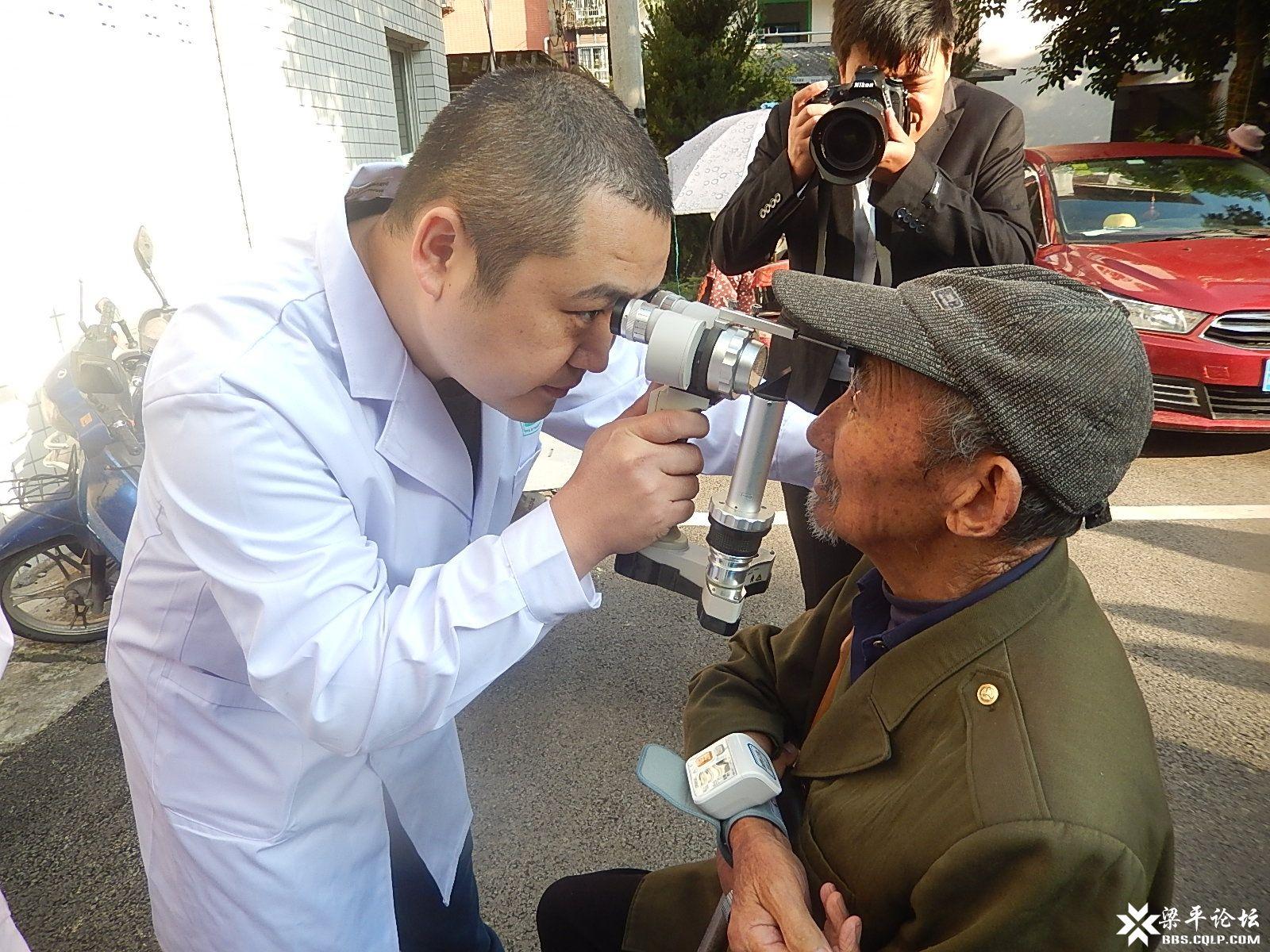 区中医院為福利院老人义诊眼疾.JPG